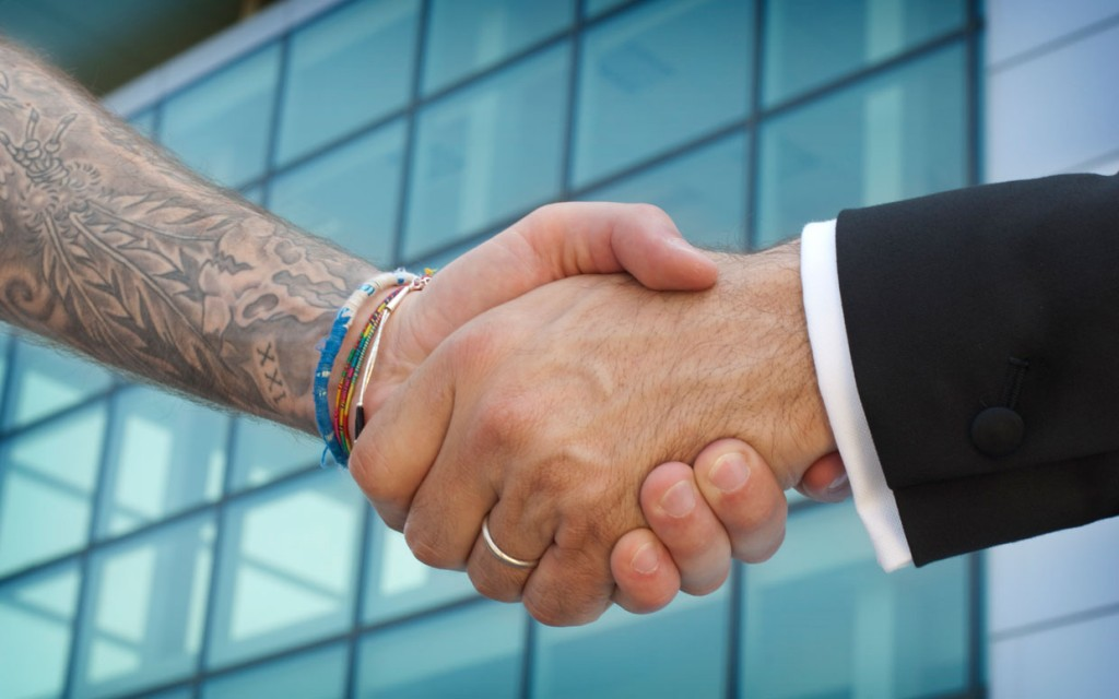Influenta tatuajelor si piercing-urilor asupra angajarii featured image